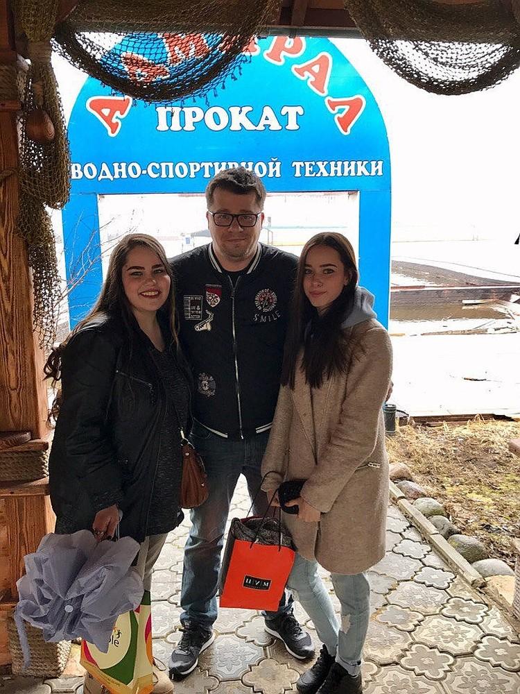 Гарик Харламов с младшими сестрами-близняшками. Фото: https://vk.com/id186138211