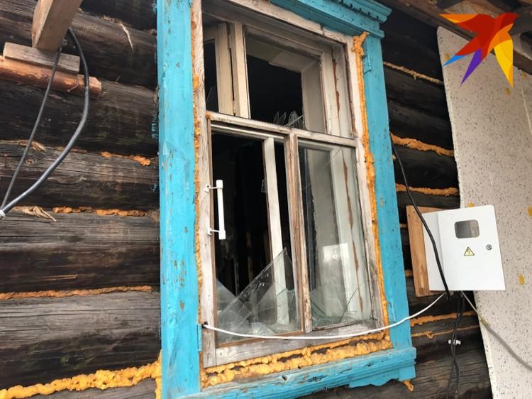 При штурме окна в доме были выбиты.