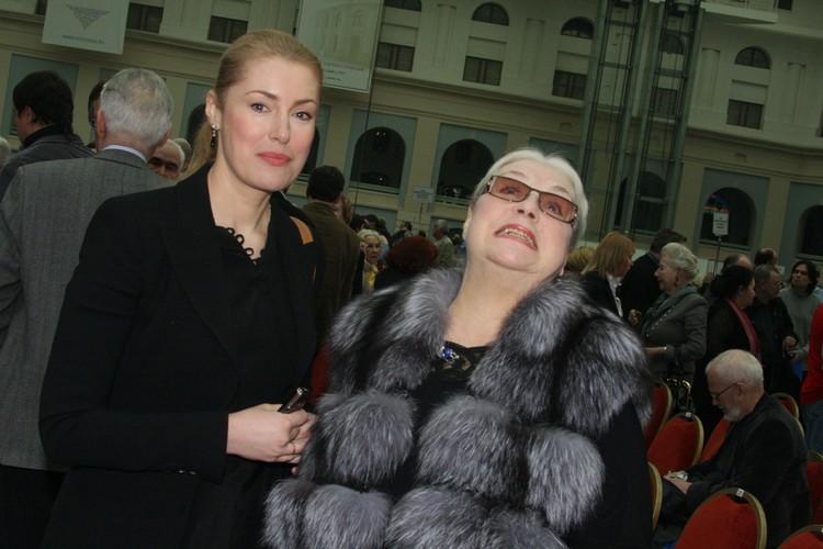 Говорят, свою долю в авторских правах покойного мужа Лидия Федосеева-Шукшина тоже уже переоформила на среднюю дочь – Марию.