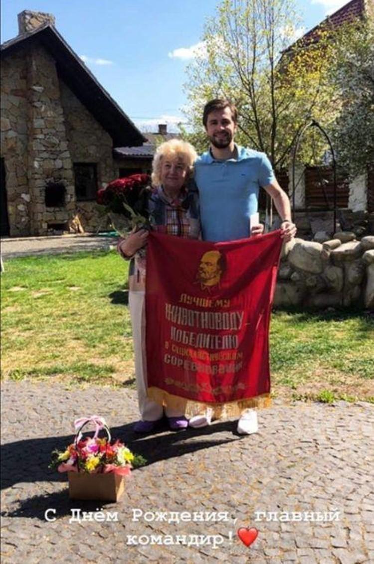 Фото с бабушкой, которое вызвало скандал