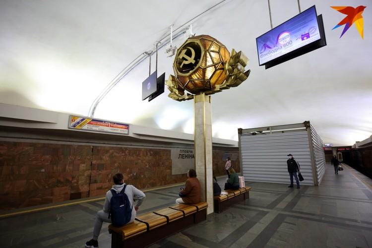 """На станции """"Площадь Ленина"""", куда будет вести переход с """"Вокзальной"""", пока что стоит уже привычное ограждение."""