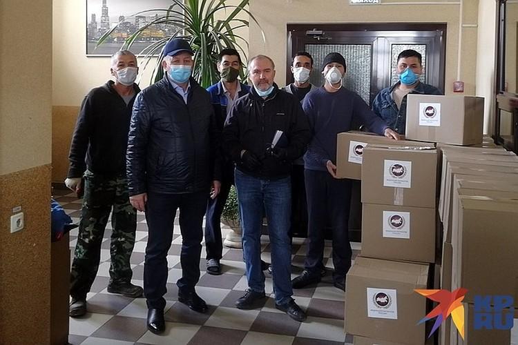 Корреспондент «КП» носил ящики, ходил по комнатам, а потом сфотографировался на память с обитателями ночлежки и волонтерами.