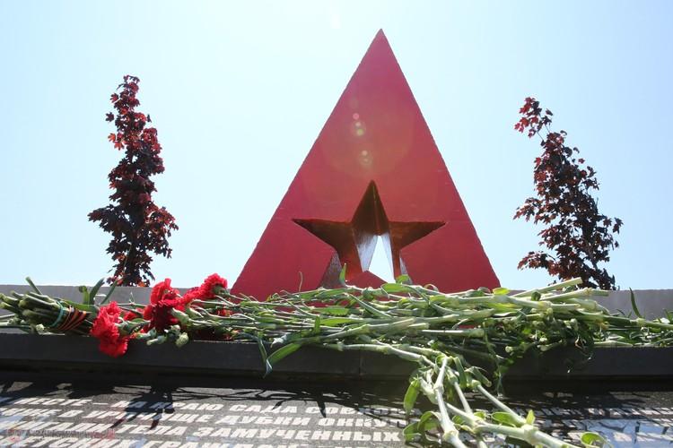 Мемориал на месте совхоза «Красный». Здесь всегда лежат цветы. Фото: ГС РК