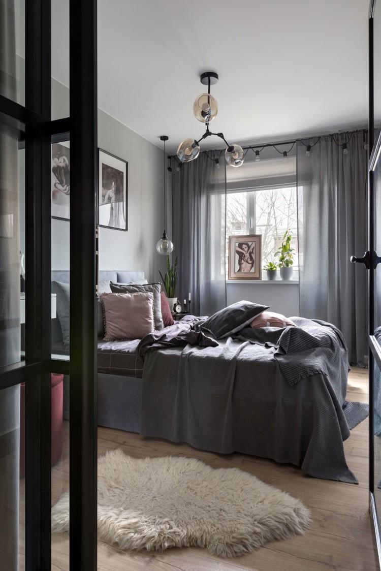 Атмосферу в спальне создают декоративные подушки, картины и светильники. Фото: Егор Пясковский