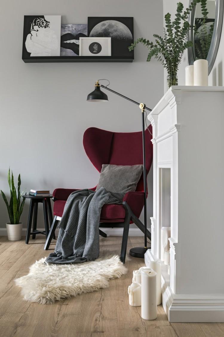 """Возле декоративного камина - стильное кресло с """"ушами"""". Фото: Егор Пясковский."""