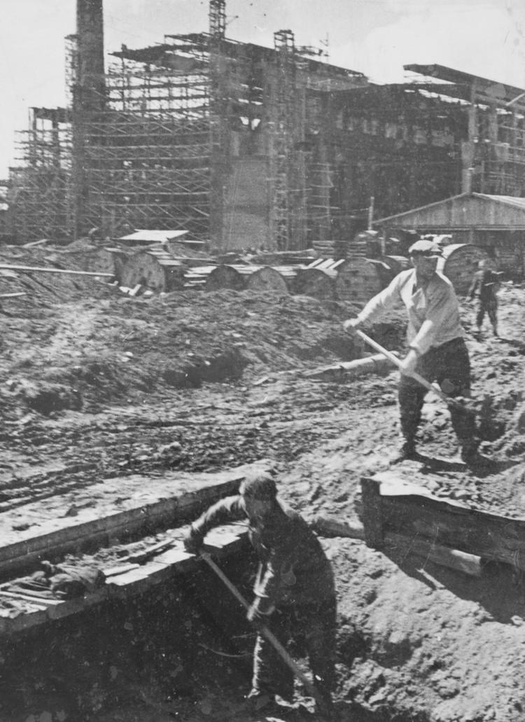 После начала войны строительство пришлось ускорить, рабочих рук не хватало, поэтому строили ТЭЦ силами репрессированных специалистов-энергетиков и политзаключенных Безымянлага.