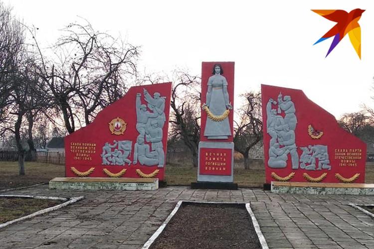Памятники советским воинам-освободителям не снесены в селах Украины. Фото: Л.Жуков