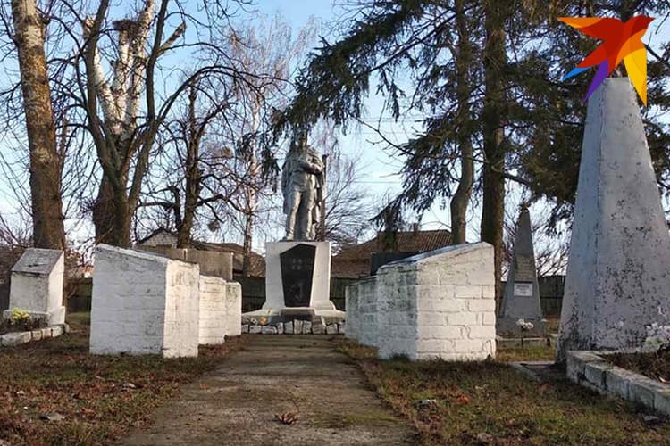 Многие памятники нуждаются в ремонте, но ухожены. И звезды на месте. Фото: Л.Жуков