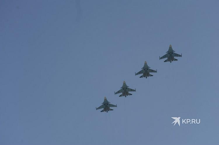 Военные самолеты в небе над Екатеринбургом