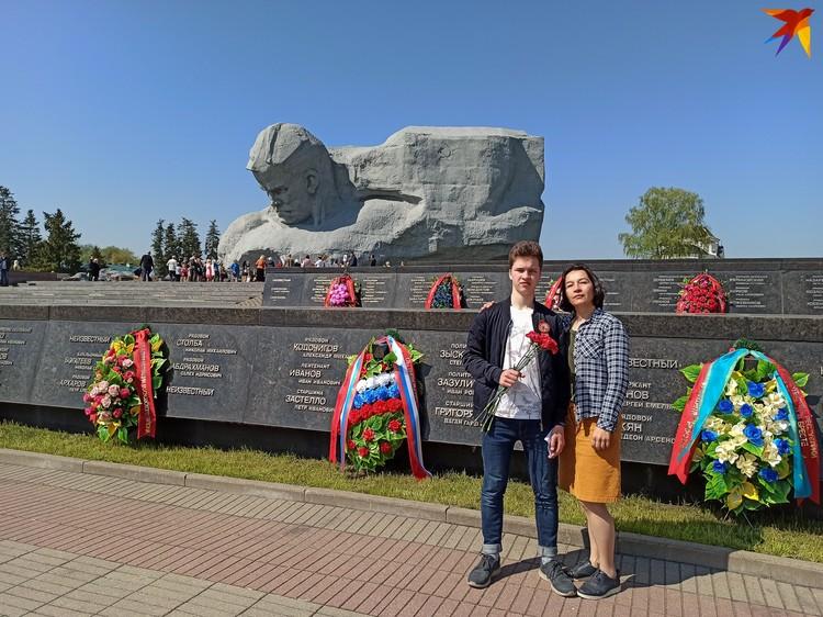 Инна с сыном в День Победы снимает в Брестской крепости видеоролик для школы.
