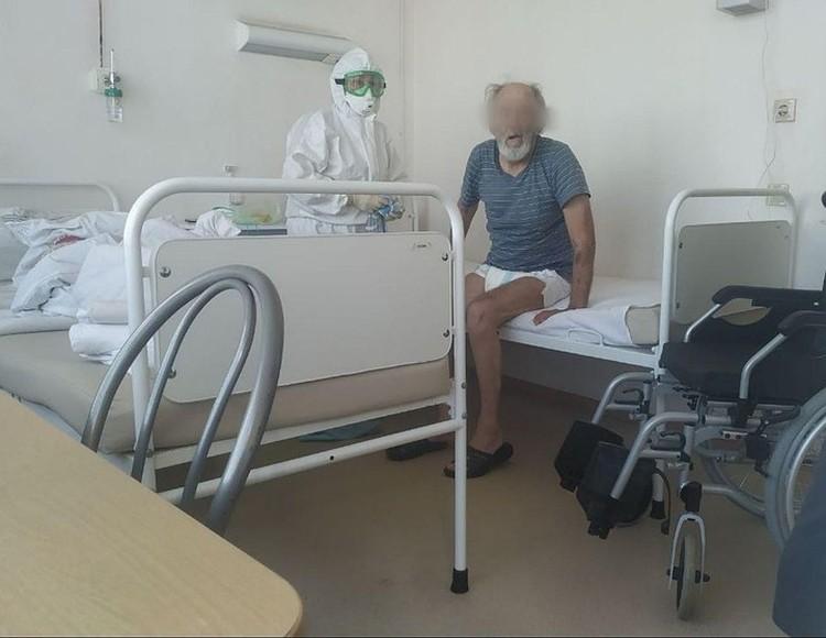 Дедушка - сосед по палате - под постоянным присмотром врачей.