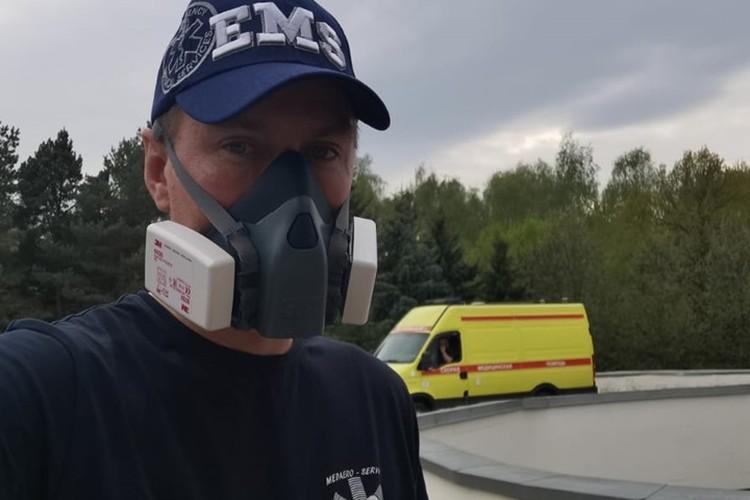 С одним респиратором на лице без медкостюма бригада скорой забирает пациентов с отрицательным результатом на коронавирус