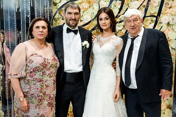 Александр Овечкин с женой и родителями на свадьбе.