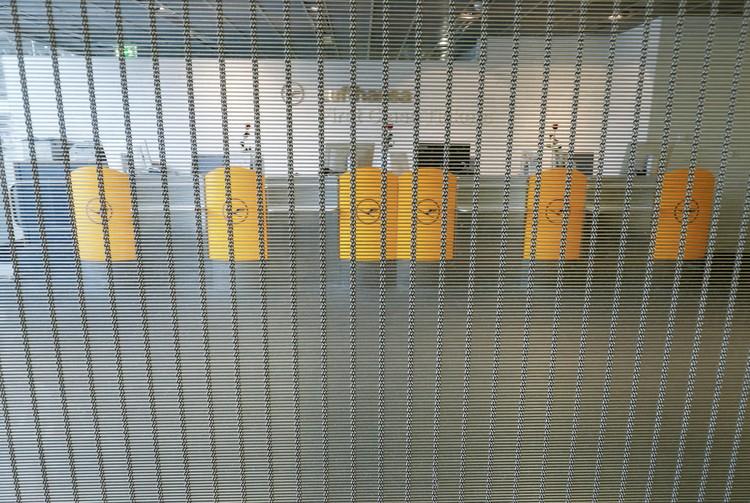 В аэропорту Франкфурта заколочены решетками многие работавшие ранее зоны.