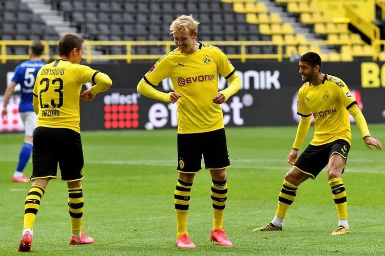 В Германии голы празднуют на дистанции или касаясь локтями, хотя в игре все равно много контактов. Фото: Reuters