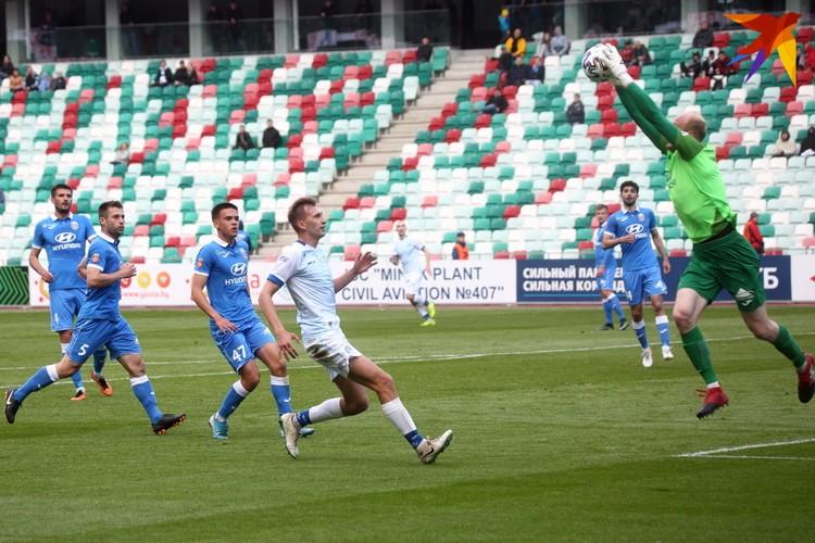 Первый на мяче Егор Хаткевич.