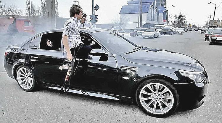 Иногда из таких черных понтовых машин с левыми номерами появляются даже кавказцы с оружием. В столице это сразу же кончается скандалом и задержаниями. А вот в других регионах может сойти с рук.