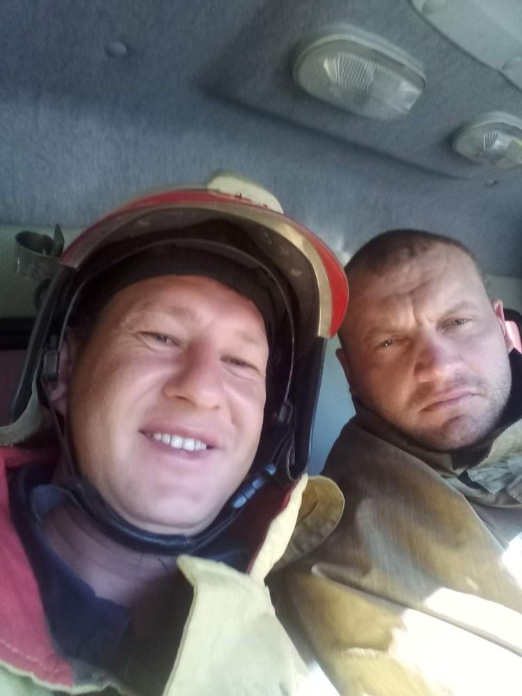 Слева Николай Жученко – оператор «фильма» про пожарных и ножницы. Фото: соцсети.