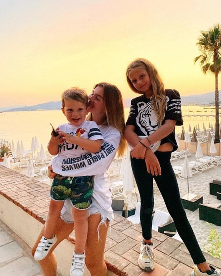 Анна с дочкой Моникой и сыном Гектором. Фото: Инстаграм.