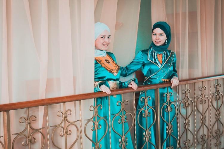 Башкирские красавицы в стилизованных национальных костюмах