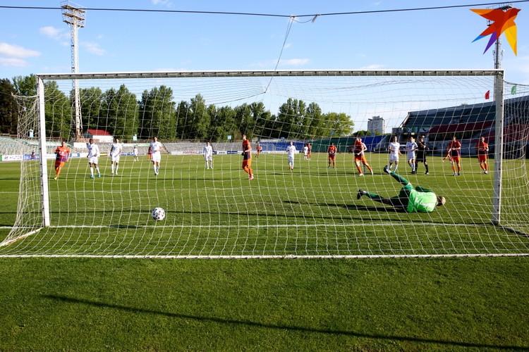 Джасурбек Яхшибоев забивает свой седьмой гол в чемпионате с пенальти.