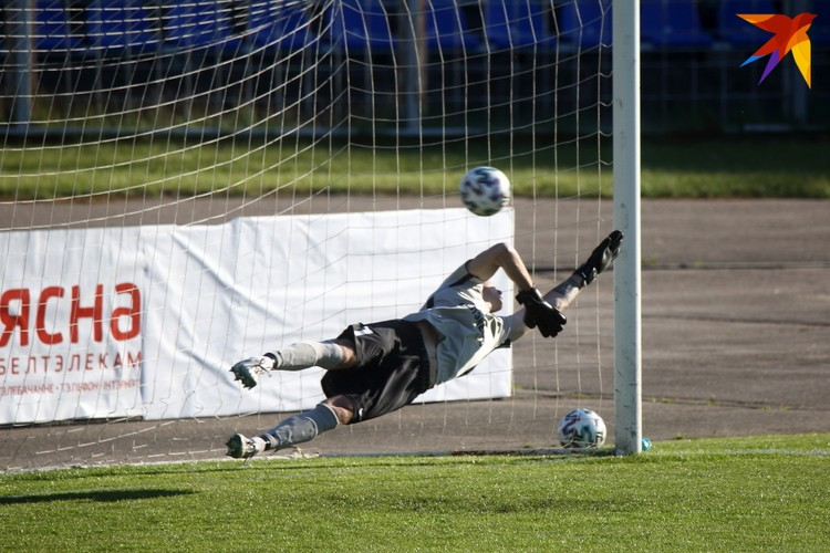 Годфри Биток Стефен забивает гол в ворота Артура Лесько.