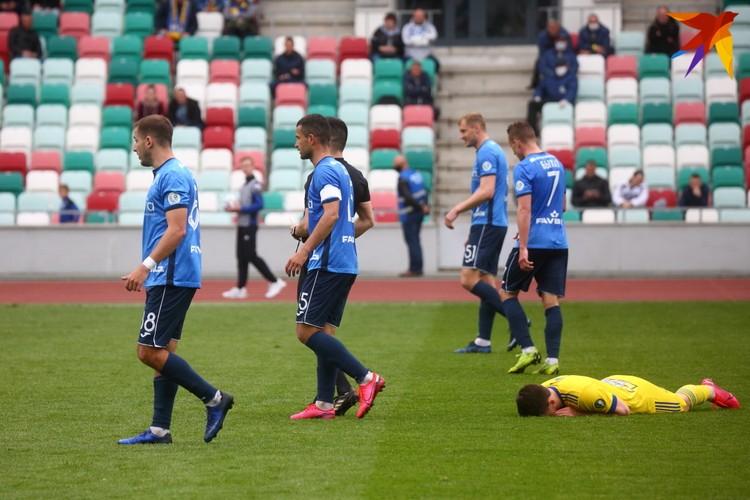 На газоне лежит Дмитрий Бага.