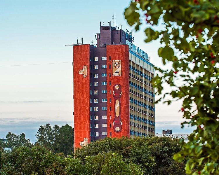 Вы когда-нибудь видели огромный чемодан высотой с 16 этажей? ФОТО: karelia.spb.ru.