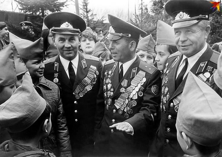 Гроза контрабандистов Варлам Кублашвили (в центре) был веселым и преданным службе человеком. Фото: из архива Брестской погрангруппы.