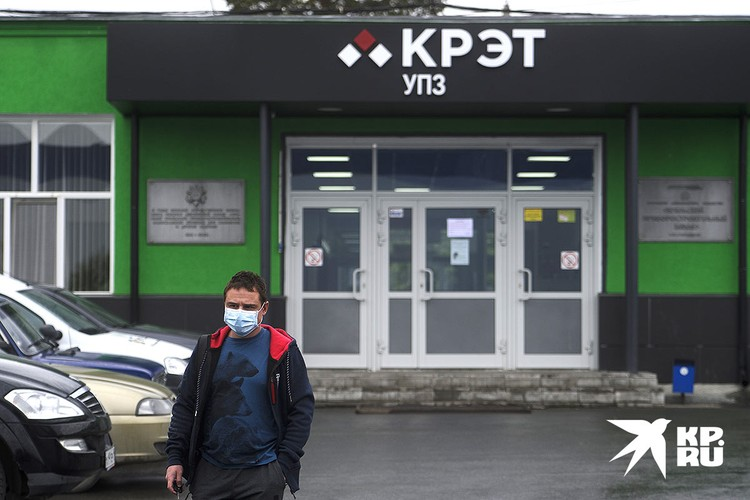 Проходная Уральского Приборостроительного завода, где производят высокотехнологическое авиационное и медицинское оборудование, в том числе и аппараты вентиляции легких.