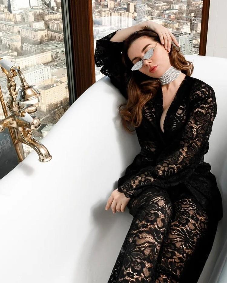 Анна Седокова продает не только спортивные костюмы, но и вот такие кружевные комбинезоны.