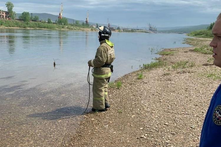 С берега спасателя страховали коллеги. Фото: ГУ МЧС России по Иркутской области.