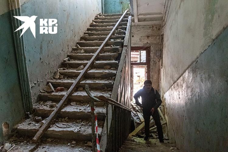 Лестницы в аварийном состоянии - есть крупные трещины и даже дыры размером с футбольный мяч