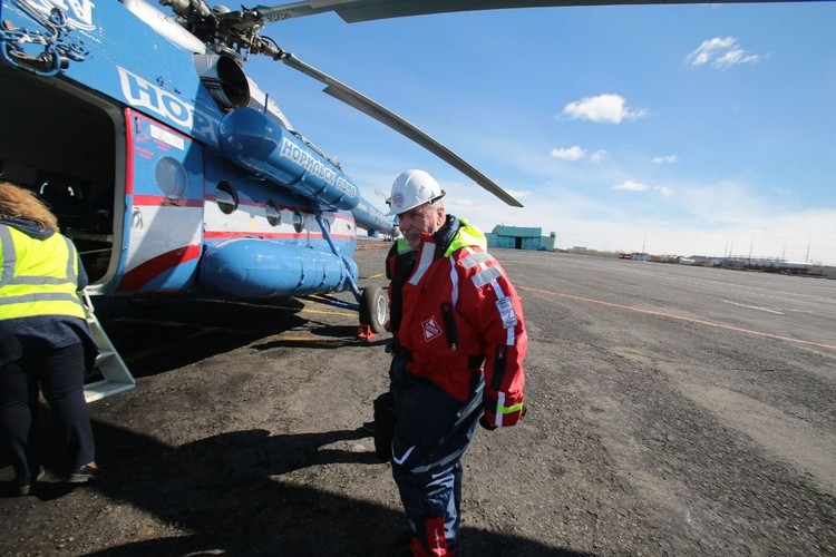 Команда вылетела на вертолете на берег реки Амбарки. Фото: Ростислав Золотарев