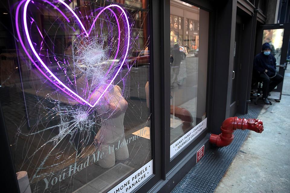 Фактически власти города и штата расписались в бессилии и отдали Нью-Йорк на откуп мародерам Фото: REUTERS