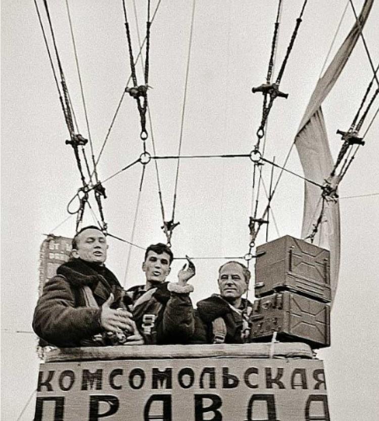 Леонид Репин (крайний слева) в своей первой воздушной экспедиции «Комсомолки» (1968 год). Фото: Личный архив.