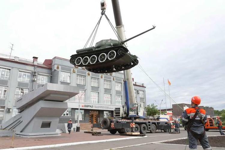 Обеспокоенные птицы летали вокруг танка и отчаянно кричали, пока люди снимали его с постамента. ФОТО: Денис Рассохин