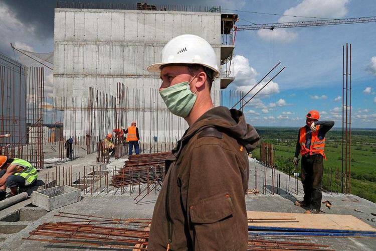 Прежде чем поехать на вахту работник сидит на полной самоизоляции две недели. И это время ему оплачивается работодателем. Фото: Александр Рюмин/ТАСС.