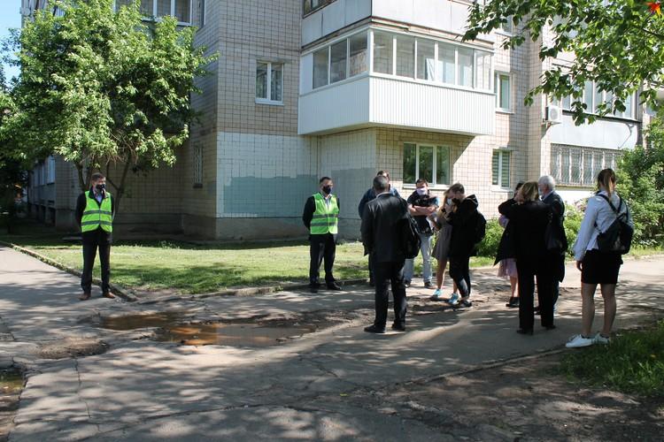 4 июня заказчик и общественники оценили масштаб работа в Устиновском районе на улице Н. Курченко Фото: Мария Хафизова