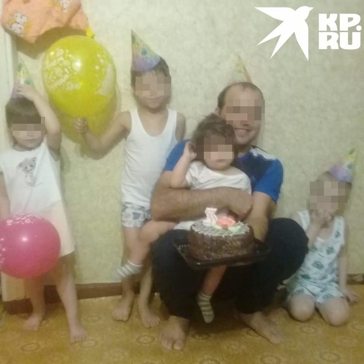 Валентина говорит, что ее сожитель - родной отец всех детей. Фото: личный архив.
