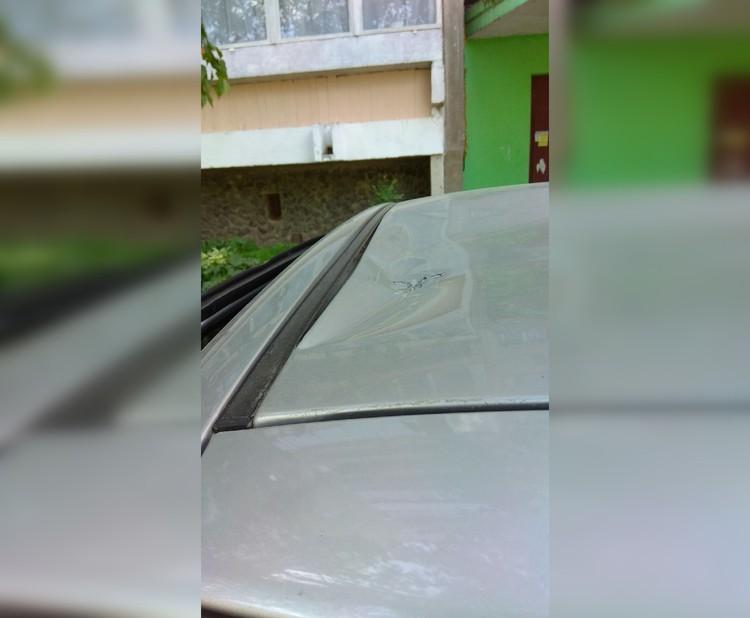Упавшая оконная рама погнула крышу автомобиля. Фото: предоставлено героем публикации