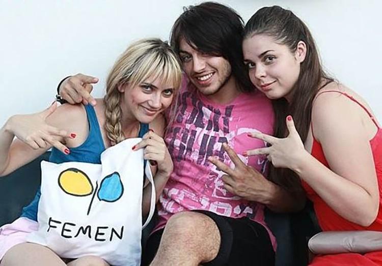 Евгений Василькевич (в центре) с активистками FEMEN
