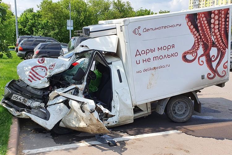 Повреждения автофургона, за рулем которого находился водитель Сергей Захаров. Фото: Денис Воронин / АГН Москва
