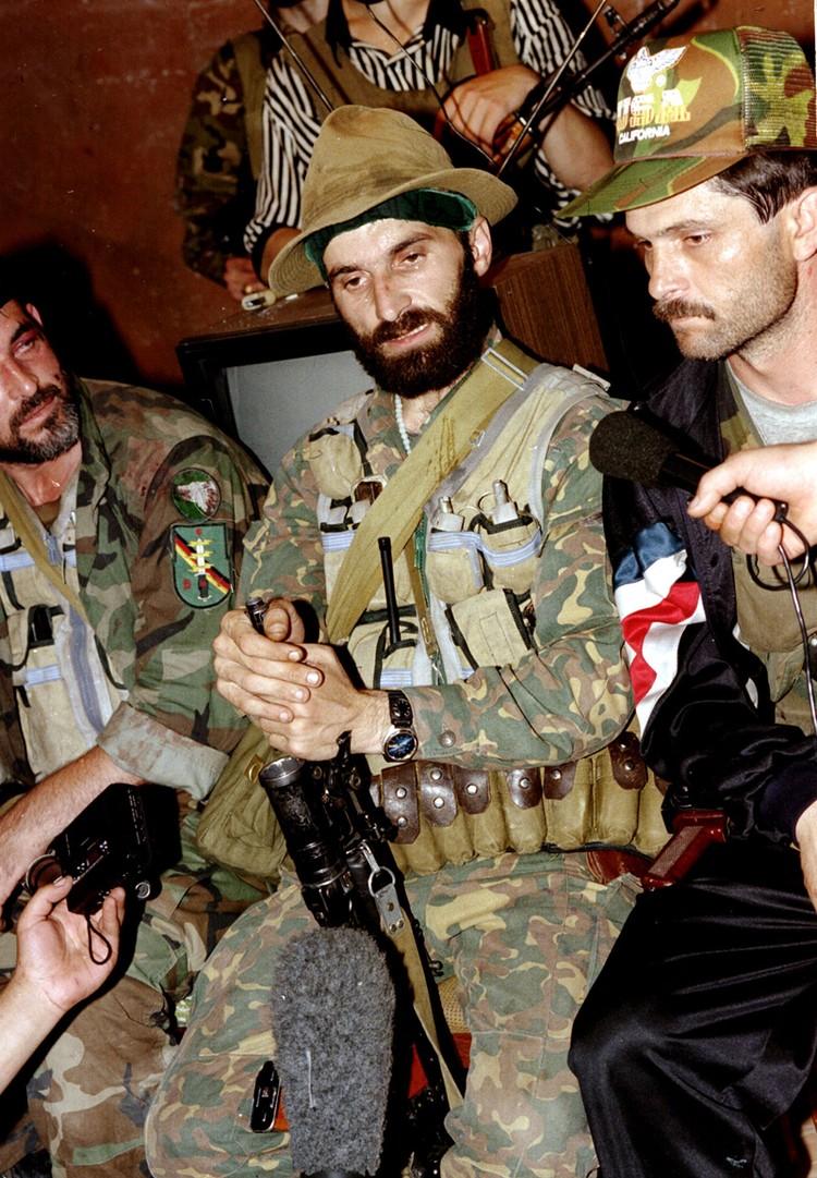 Руководитель террористической операции в Буденновске Шамиль Басаев. Фото Константина Тарусова /ТАСС