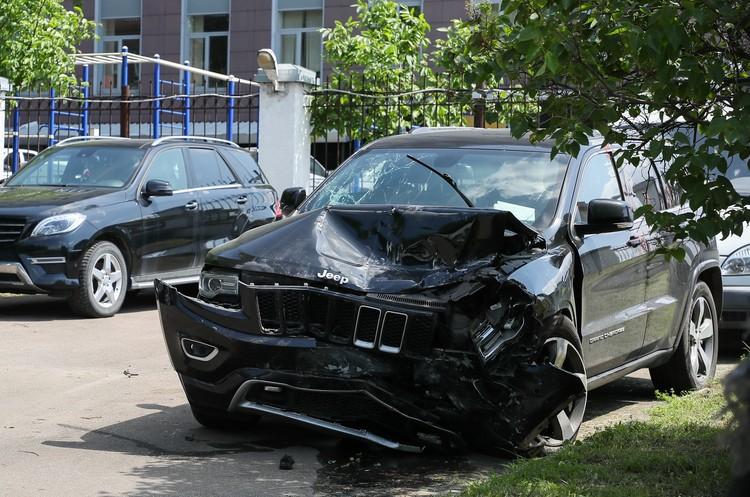 У «Джипа Гранд Чироки» Ефремова с левой поврежден «нос», капот, но до салона повреждения не добрались. Фото: Гавриил Григоров/ТАСС