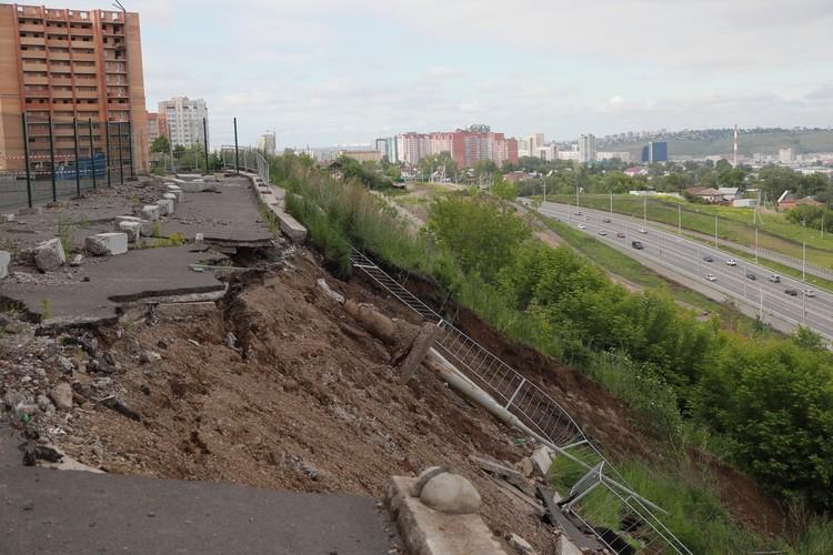 Под склон уже упали два метра площадки, фонарные столбы и ограждения