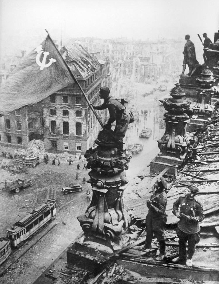 Советский флаг над Рейхстагом, май 1945 г. Фото: Евгений Халдей/ИТАР-ТАСС/Архив