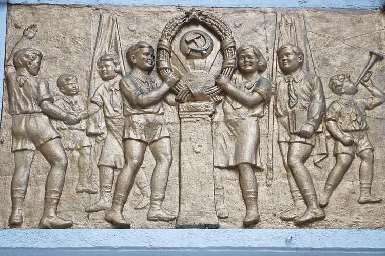 Сегодня мы можем любоваться изображениями советских детей, которые оставил талантливый скульптор на стенах школы, находящейся на углу улиц Кунаева и Богенбай батыра.
