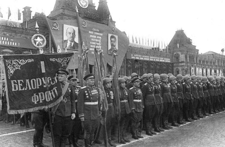 Особое место в проведении парада Победы заняло прохождение участников парада с трофейными знаменами.