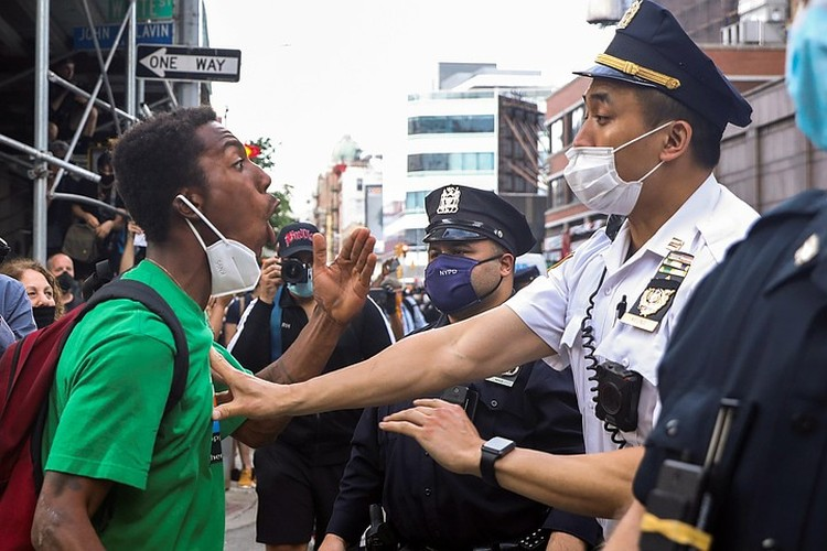 Полицейские являются частью госмонополии на насилие, и вся полицейская подготовка укрепляет эту монополию